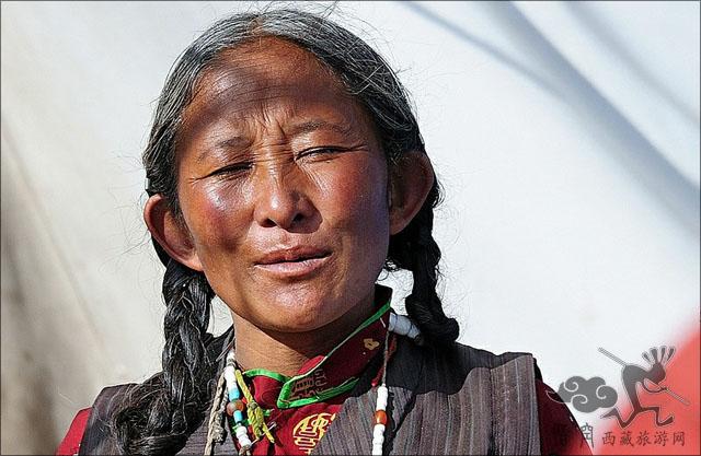 卫藏一带的农区妇女一般只梳两根辫子,从发辫的中段开始用一种称为扎休的发饰,同头发一起编成彩辫,常盘于头上,也可垂于身后。扎休通常是三条粗细一样颜色不同的彩线,每一条彩线又由若干根同色的线组成。用扎休编扎彩辫是农区妇女的主要发式。节日喜庆场合,农区妇女在头上也佩缀饰物,但饰物为独立的不同形状的组合体,戴时只需与发辫连接,取戴方便。未婚女孩习惯上多梳一棍辫子,一般头上不戴 饰品。过去,卫藏妇女在盛装时戴一种称为巴珠(后藏称作巴廓)的头饰。拉萨一带的巴珠呈三角形或Y形,制作时,先用假